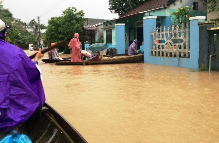 Mưa xối xả, nhiều nơi ở Đà Nẵng ngập ngang ngực, dân di chuyển bằng thuyền-13