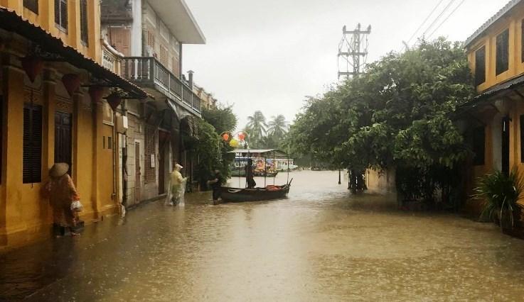 Mưa xối xả, nhiều nơi ở Đà Nẵng ngập ngang ngực, dân di chuyển bằng thuyền-14
