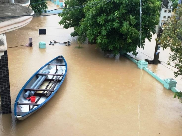 Mưa xối xả, nhiều nơi ở Đà Nẵng ngập ngang ngực, dân di chuyển bằng thuyền-15