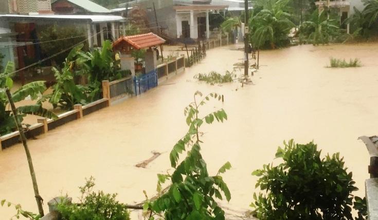 Mưa xối xả, nhiều nơi ở Đà Nẵng ngập ngang ngực, dân di chuyển bằng thuyền-16