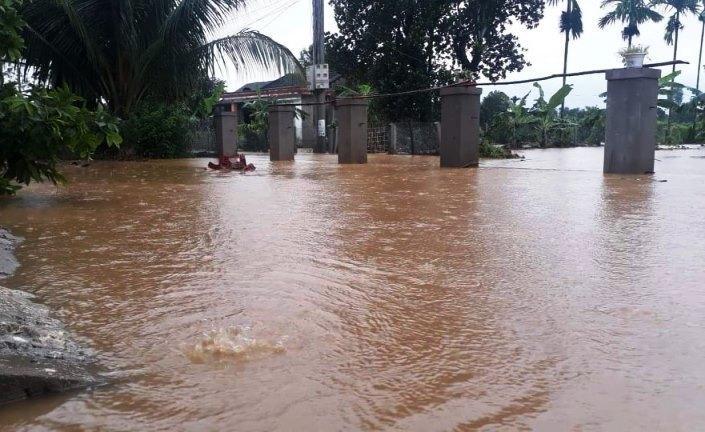 Mưa xối xả, nhiều nơi ở Đà Nẵng ngập ngang ngực, dân di chuyển bằng thuyền-18