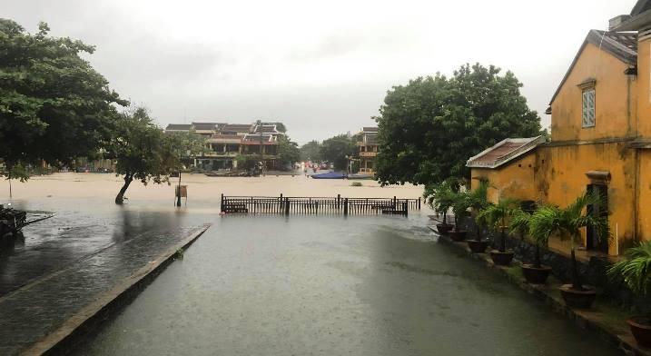 Mưa xối xả, nhiều nơi ở Đà Nẵng ngập ngang ngực, dân di chuyển bằng thuyền-19