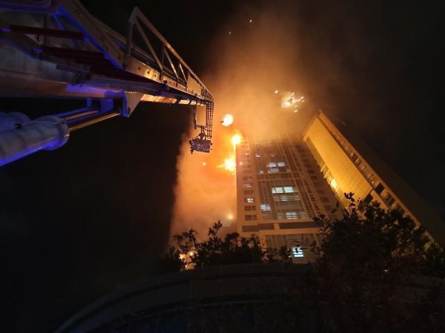 Tòa nhà 33 tầng bốc cháy ngùn ngụt suốt đêm ở Hàn Quốc, 88 người nhập viện-5
