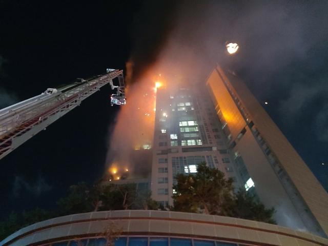 Tòa nhà 33 tầng bốc cháy ngùn ngụt suốt đêm ở Hàn Quốc, 88 người nhập viện-3