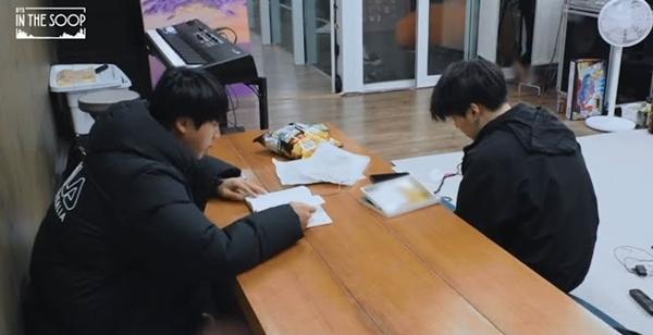 Vì sao Jin hạnh phúc khi chọn đi hát cùng BTS thay vì nổi danh nhờ diễn xuất ?-1