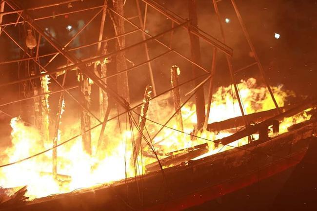 Hỏa hoạn kinh hoàng thiêu rụi 4 tàu cá trong đêm, người dân thẫn thờ nhìn khối tài sản hàng tỷ đồng cháy trơ trụi-1