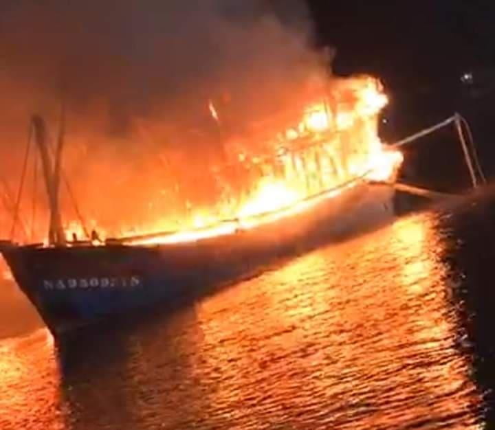 Hỏa hoạn kinh hoàng thiêu rụi 4 tàu cá trong đêm, người dân thẫn thờ nhìn khối tài sản hàng tỷ đồng cháy trơ trụi-2