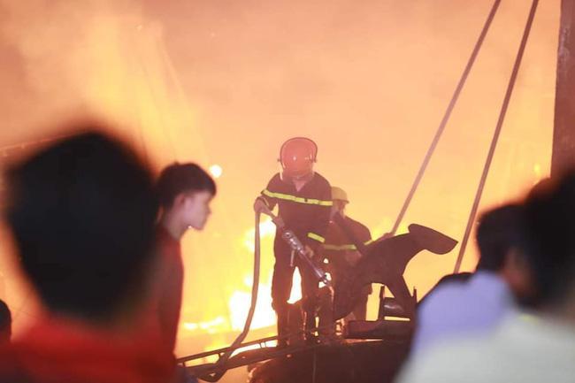 Hỏa hoạn kinh hoàng thiêu rụi 4 tàu cá trong đêm, người dân thẫn thờ nhìn khối tài sản hàng tỷ đồng cháy trơ trụi-3