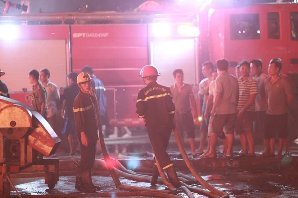 Hỏa hoạn kinh hoàng thiêu rụi 4 tàu cá trong đêm, người dân thẫn thờ nhìn khối tài sản hàng tỷ đồng cháy trơ trụi-4