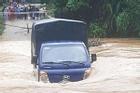 Kinh hãi khoảnh khắc xe tải bị nước lũ cuốn trôi khi vượt đập tràn ở Quảng Nam