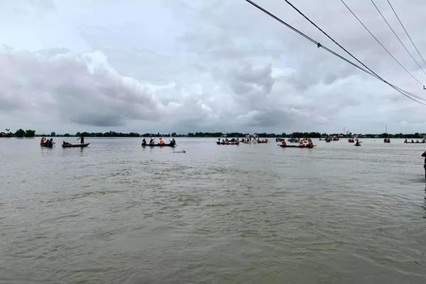 Trượt chân xuống dòng nước lũ, 2 học sinh chết đuối thương tâm-1