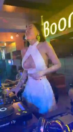 Trang phục đi diễn bar của Ngân 98 phải khoét ngực sâu mới chịu-6