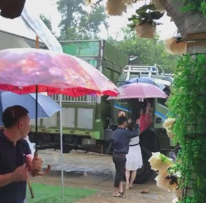 Khách mời đi đò khi dự cưới Thảo Trang ở Quảng Ngãi-2