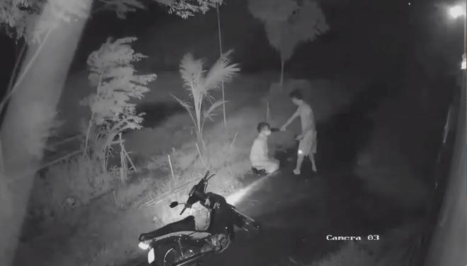 Clip: Mặc ông già quỳ lạy van xin, gã thanh niên vẫn kề dao vào cổ đánh đập dã man-1