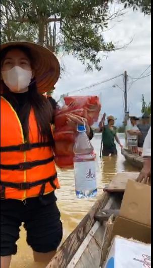 Jimmii Nguyễn bị nghi cà khịa Thủy Tiên khi cứu trợ lũ lụt miền Trung-1