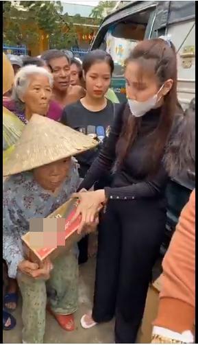 Jimmii Nguyễn bị nghi cà khịa Thủy Tiên khi cứu trợ lũ lụt miền Trung-2