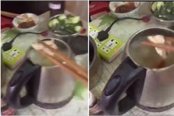 Nhóm thanh niên nấu lẩu bằng ấm siêu tốc, dân mạng chỉ ra sai lầm chết người