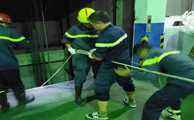 Cảnh sát đu dây cứu người phụ nữ rơi xuống hố kỹ thuật sâu 8m của thang máy-1