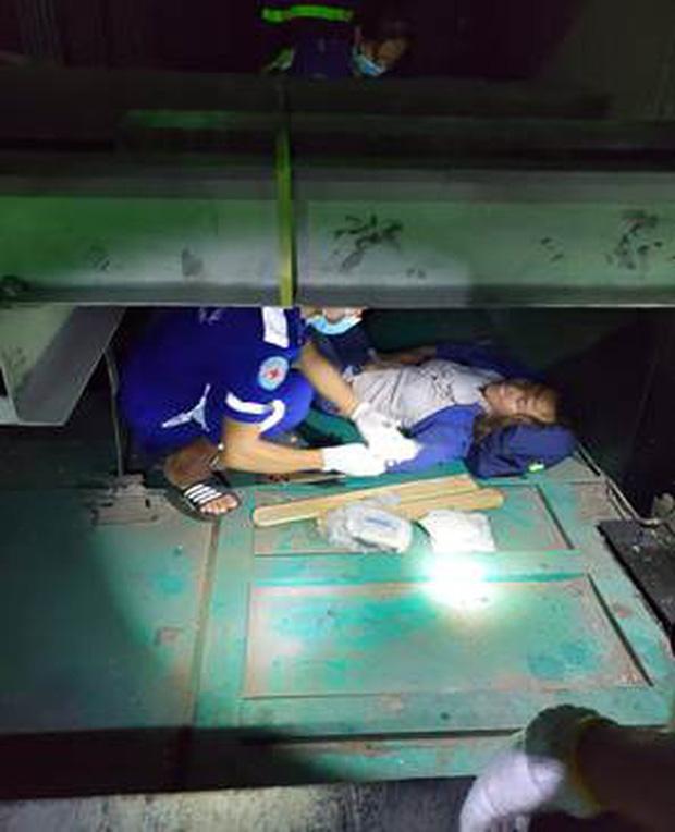 Cảnh sát đu dây cứu người phụ nữ rơi xuống hố kỹ thuật sâu 8m của thang máy-2