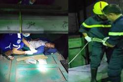 Cảnh sát đu dây cứu người phụ nữ rơi xuống hố kỹ thuật sâu 8m của thang máy