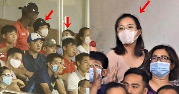 Xôn xao Công Phượng đi xem đá bóng với vợ, sự thật khiến ai cũng bất ngờ-1