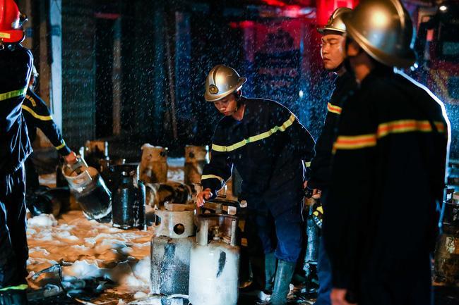 Hà Nội cháy lớn cơ sở kinh doanh gas, nhiều người thương nặng-2