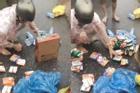 Thùng mì tôm cứu trợ vừa đến tay, người đàn ông lập tức bóc chia đều cho 6 hộ dân khác