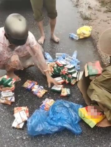 Thùng mì tôm cứu trợ vừa đến tay, người đàn ông lập tức bóc chia đều cho 6 hộ dân khác-1
