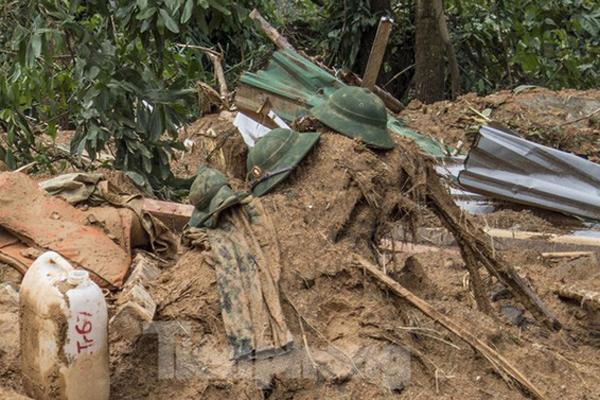 Khẩn cấp cứu nạn ở thủy điện Rào Trăng 3: Những chiếc mũ lẫn trong bùn lầy-1