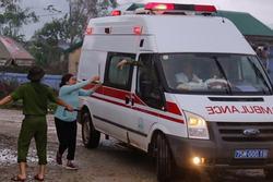 Khoảnh khắc người thân chạy theo xe cứu thương chở thi thể chiến sĩ vụ sạt lở Rào Trăng 3