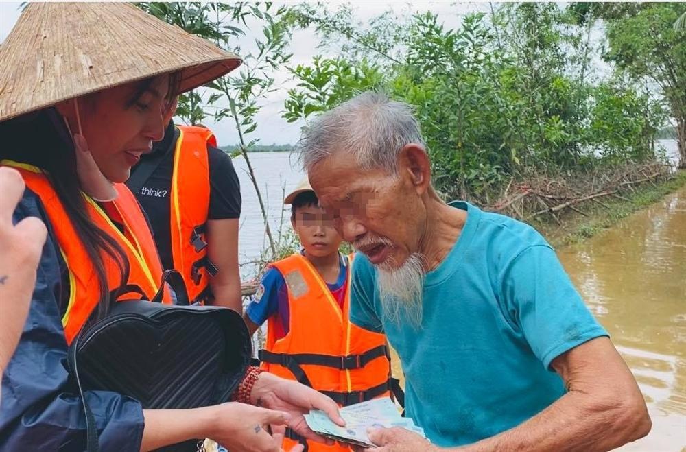 Thủy Tiên nhận hơn 30 tỷ cứu trợ lũ lụt, nói rõ việc trao quà không công bằng-6