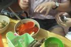 Loạt siêu phẩm 'một phút lỡ tay, mất ngay miếng ăn' của các chị em khiến dân mạng 'xót của'