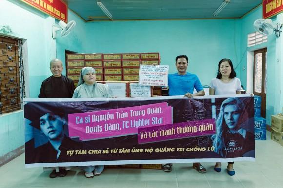 Nguyễn Trần Trung Quân - Denis Đặng gây tranh cãi khi treo băng rôn, in tên lên quà từ thiện-4