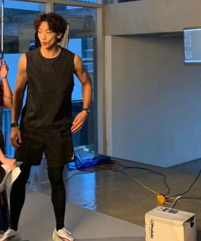 Ông xã Kim Tae Hee gây hoang mang khi xuất hiện với gương mặt hốc hác, tiều tụy như bệnh nặng-1