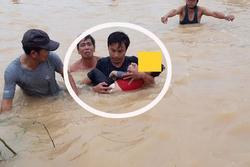 Đang ngủ trưa với bố, bé trai 3 tuổi dậy đi ra cửa thì bị rơi xuống dòng nước lũ chết đuối