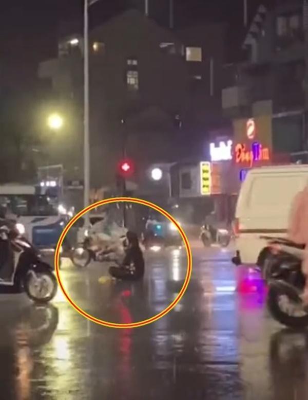 Ngồi thiền giữa lòng đường nhiều giờ liền, người lạ mặt bị cảnh sát cơ động khiêng vào-1