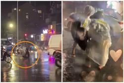 'Ngồi thiền' giữa lòng đường nhiều giờ liền, người lạ mặt bị cảnh sát cơ động khiêng vào