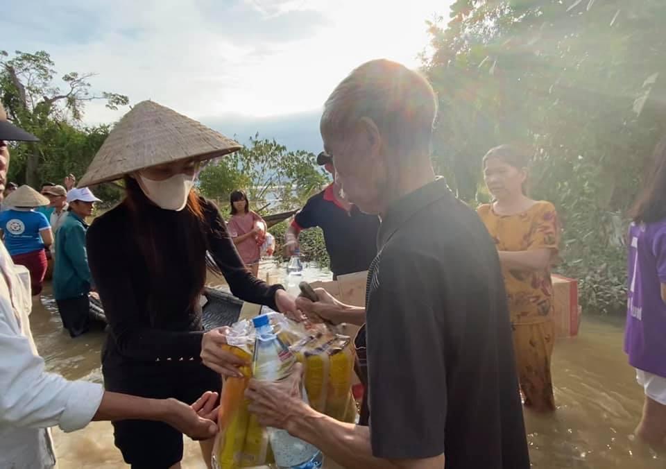 Chuẩn bị bay về Sài Gòn, Thủy Tiên bất ngờ quay xe khi nhận tin Quảng Trị ngập nặng-1