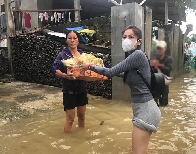 Chuẩn bị bay về Sài Gòn, Thủy Tiên bất ngờ quay xe khi nhận tin Quảng Trị ngập nặng-2