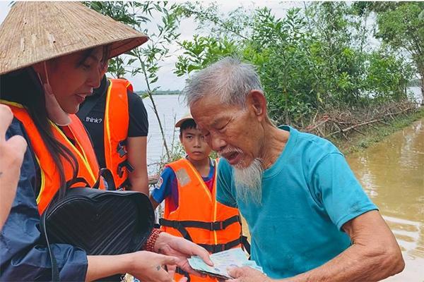 Chuẩn bị bay về Sài Gòn, Thủy Tiên bất ngờ quay xe khi nhận tin Quảng Trị ngập nặng-4