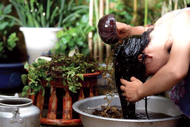 Hòa Minzy lộ mảng da đầu hói, HH Ngọc Hân bật mí bí quyết giúp tóc dày đen bóng đến từ dân gian-9