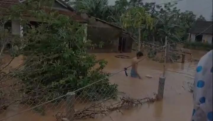 Youtuber ném đồ cứu trợ để người dân bơi ra lấy: Của cho không bằng cách cho-4