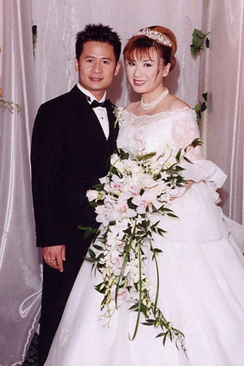 54 tuổi, vợ cũ Bằng Kiều vẫn gợi cảm, hạnh phúc bên bạn trai kém tuổi-3