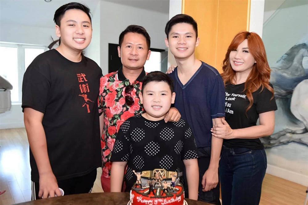 54 tuổi, vợ cũ Bằng Kiều vẫn gợi cảm, hạnh phúc bên bạn trai kém tuổi-5
