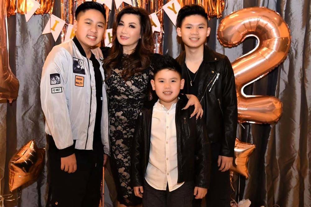 54 tuổi, vợ cũ Bằng Kiều vẫn gợi cảm, hạnh phúc bên bạn trai kém tuổi-23