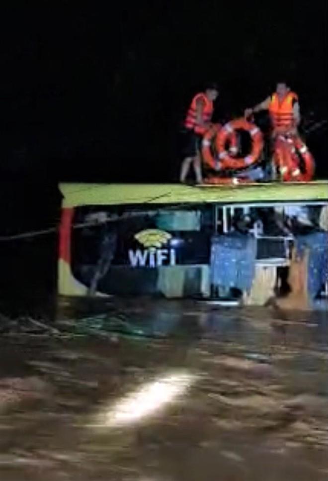 Nghẹt thở cuộc giải cứu 20 người trên xe khách bị lũ cuốn trong đêm-1