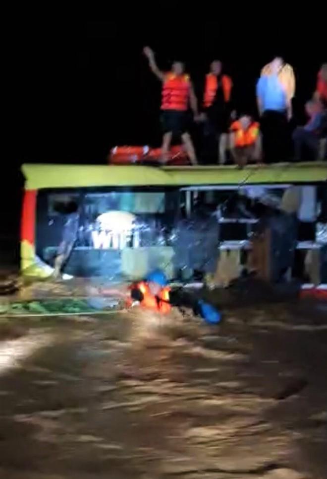 Nghẹt thở cuộc giải cứu 20 người trên xe khách bị lũ cuốn trong đêm-3