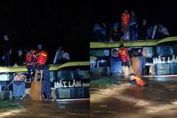 Nghẹt thở cuộc giải cứu 20 người trên xe khách bị lũ cuốn trong đêm