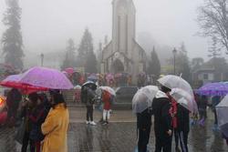 Gió mùa đông bắc về, miền Bắc mưa lạnh sâu hơn, miền Trung mưa lớn