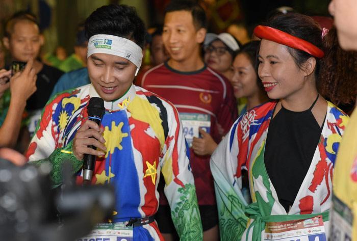 MC Huy Hoàng chơi hẳn áo dài chạy marathon cự ly 21km-4